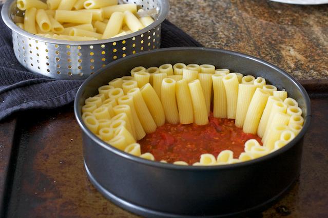 Mozzarella Peynirli-Kıymalı Makarna Pastası Tarifi 5