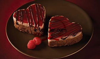 Çilekli Kalp Pasta Tarifi